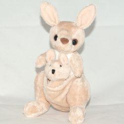 Plüss kenguru a kicsinyével